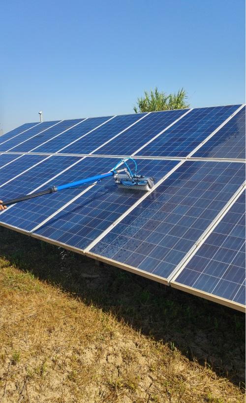 Καθαρισμός φωτοβολταϊκού πάρκου με αυτόματη βούρτσα