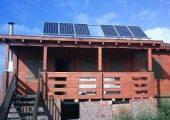 Φωτοβολταϊκά πάνελ σε στέγη αυτόνομου σπιτιού