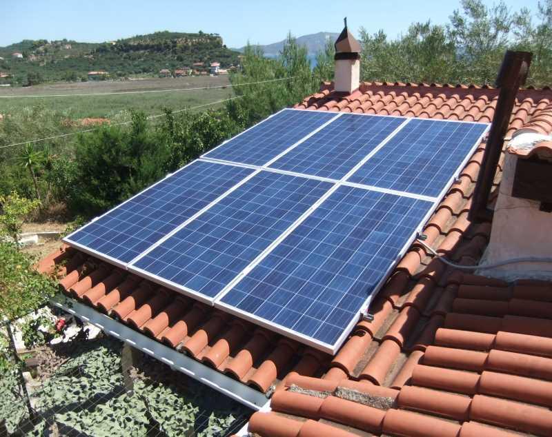 φωτοβολταϊκά πάνελ σε στέγη