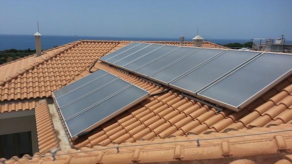 Επίπεδοι ηλιακοί συλλέκτες σε ξενοδοχείο στο Κατάκολο Ηλείας