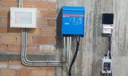 Ηλεκτρολογικός πίνακας AC, αντιστροφέας τάσης με φορτιστή και ρυθμιστής φόρτισης