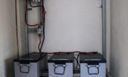 Μπαταρίες, ρυθμιστές φόρτισης, πίνακας AC, ινβέρτερ καθαρού ημιτόνου