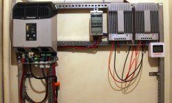 Ινβέρτερ Studer XTM 2400/24, πίνακας AC, ρυθμιστές φόρτισης MPPT EP Solar 4215BN