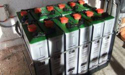 Δώδεκα 2βολτες μπαταρίες βαθιάς εκφόρτισης με 2500 κύκλους ζωής και βάση στήριξης για ασφάλεια και αντοχή