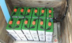 Δώδεκα 2βολτες μπαταρίες βαθειάς εκφόρτισης με 2500 κύκλους ζωής και βάση στήριξης για ασφαλή λειτουργία και αντοχή