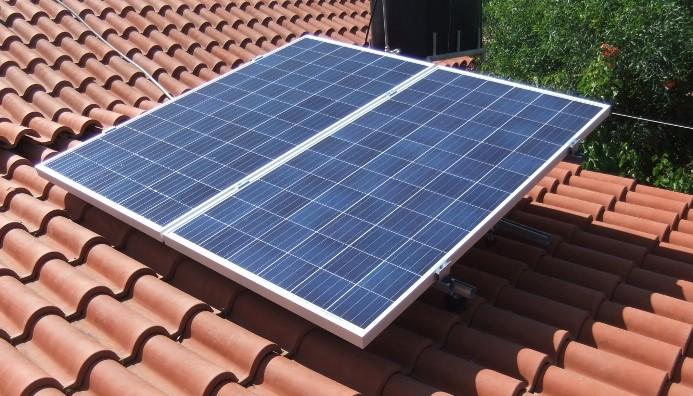 Δύο 24βολτα φωτοβολταϊκά πάνελ 300W έκαστο, στην στέγη
