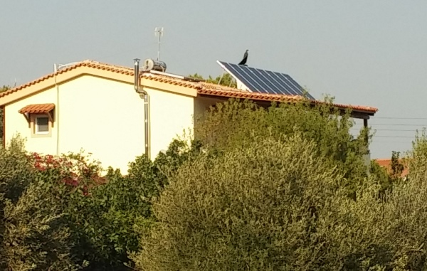 Φωτοβολταϊκά πάνελ σε στέγη σε αυτόνομο φωτοβολταϊκό σύστημα για μόνιμη κατοικία