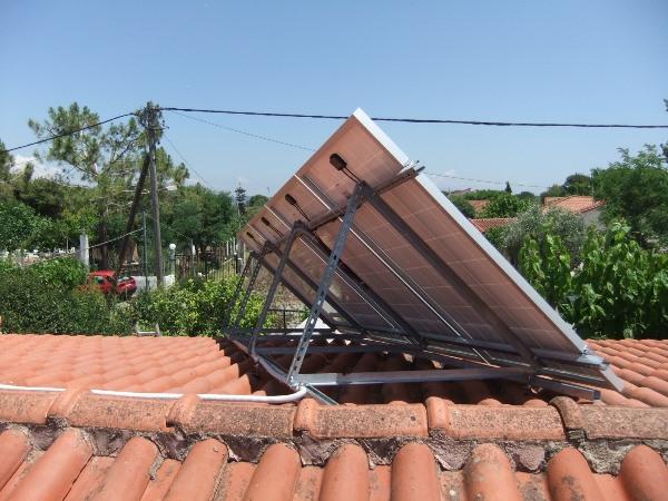 Φωτοβολταϊκά πάνελ στη στέγη της αυτόνομης κατοικίας με ενισχυμένες βάσεις διπλά γαλβανισμένου χάλυβα
