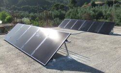 Φωτοβολταϊκά πάνελ υψηλής παραγωγής σε ταράτσα αυτόνομης μόνιμης κατοικίας