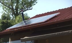 Φωτοβολταϊκά πάνελ 300W σε στέγη με πάνελ αλουμινίου (σάντουιτς)