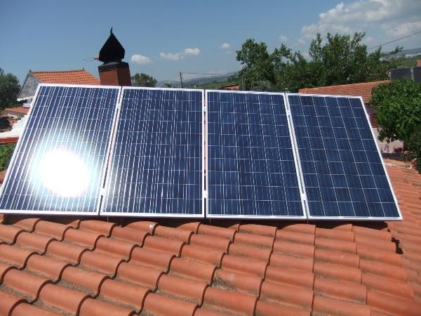 Φωτοβολταϊκά πάνελ Amerisolar σε κεραμίδια ενεργειακά αυτόνομης κατοικίας