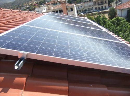 Φωτοβολταϊκά πάνελ Amerisolar 300W σε στέγη αυτόνομης κατοικίας και βάση στήριξης από διπλά ενισχυμένο γαλβανισμένο χάλυβα