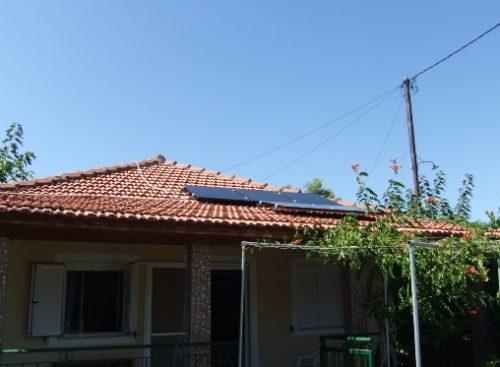 Φωτοβολταϊκά πάνελ Solar Frontier υψηλής παραγωγής σε κεραμίδια στέγης αυτόνομης εξοχικής κατοικίας