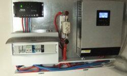 Ηλιακός φορτιστής Steca, αντιστροφέας τάσης 3000VA με φορτιστή μπαταριών, ηλεκτρολογικός πίνακας με ασφάλειες