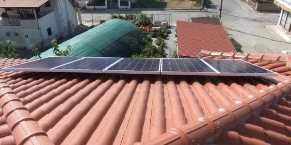 24βολτα φωτοβολταϊκά πάνελ 300W σε στέγη αυτόνομης εξοχικής κατοικίας