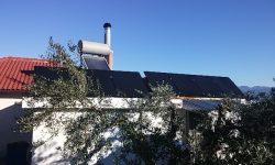 Γιαπωνέζικα φωτοβολταϊκά υψηλής παραγωγής σε στέγη αυτόνομης κατοικίας