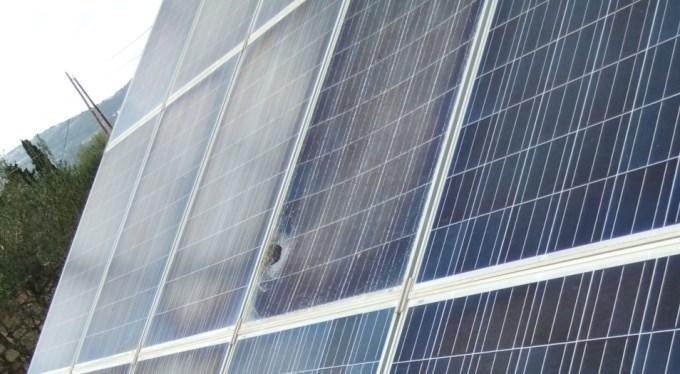 Τα αποτελέσματα της ελλιπούς συντήρησης: σπάσιμο φωτοβολταϊκού πάνελ όταν το σήκωσε ο αέρας λόγω χαλαρής βάσης στήριξης