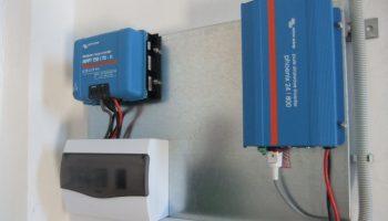 Ινβέρτερ καθαρού ημιτόνου Victron, ρυθμιστής φόρτισης Victron MPPT, πίνακας με ασφάλειες AC και DC