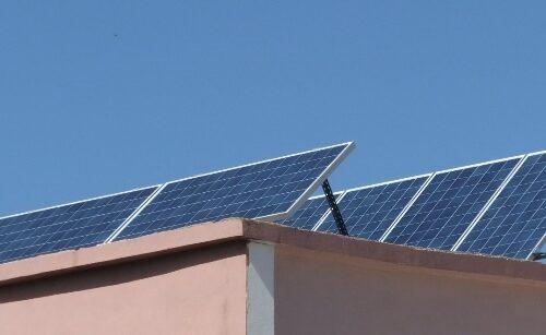 Φωτοβολταϊκά πάνελ σε αυτόνομο φωτοβολταϊκό στη Ζάκυνθο