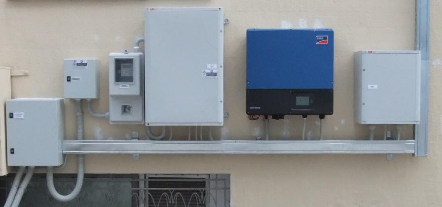 Ινβέρτερ, πίνακας DC, πίνακας AC, μετρητής ενέργειας, πίνακας ασφαλούς απομόνωσης, κιβώτιο διακλάδωσης σε φωτοβολταϊκό net metering στην Κόρινθο