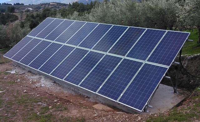 Φωτοβολταϊκά πάνελ σε αυτόνομο φωτοβολταϊκό για μόνιμη κατοικία στην Εύβοια