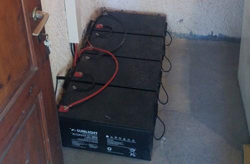 Μπαταρίες βαθιάς εκφόρτισης σε αυτόνομο φωτοβολταϊκό σε παραθαλάσσια εξοχική κατοικία στην Ηλεία