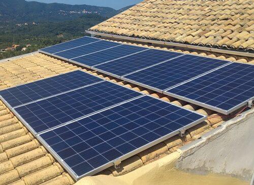 Φωτοβολταϊκά πάνελς σε αυτόνομο φωτοβολταϊκό στην Κέρκυρα