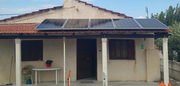Φωτοβολταϊκά πάνελς σε αυτόνομο φωτοβολταϊκό σε παραθαλάσσιο εξοχικό στην Ηλεία