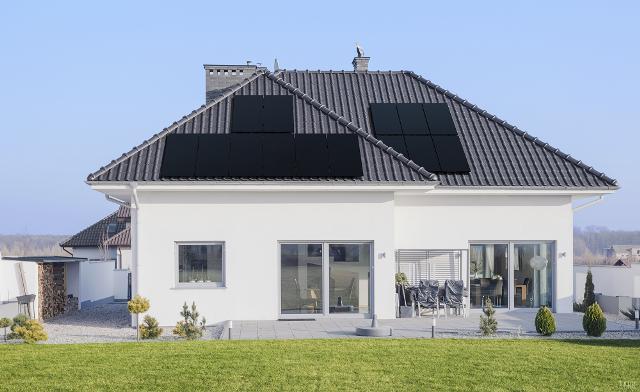 Φωτοβολταϊκά full black (μαύρα) σε στέγη σπιτιού