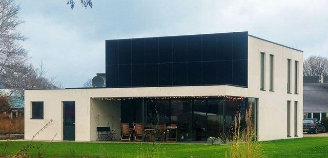 Μαύρα φωτοβολταϊκά πάνελς σε πρόσοψη κτιρίου