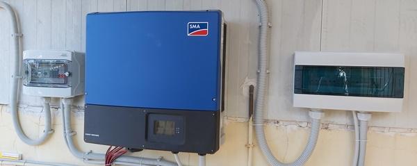 Ινβέρτερ SMA και πίνακες AC και DC με αντικεραυνικά σε φωτοβολταϊκό στον Πύργο Ηλείας