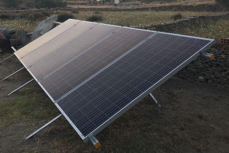 Φωτοβολταϊκά πάνελς σε αυτόνομο φωτοβολταϊκό εξοχικής κατοικίας στη Κύθνο